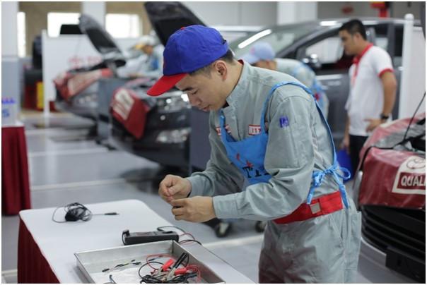 Hình ảnh kĩ thuật viên sửa chữa tại đại lý Toyota
