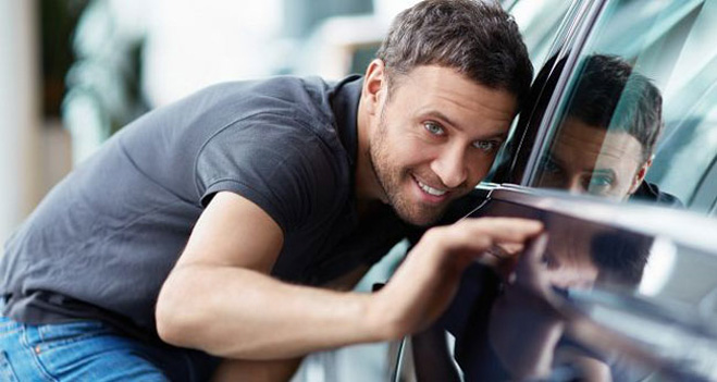 Hình ảnh chàng trai đang ngắm nhìn xe ô tô mới