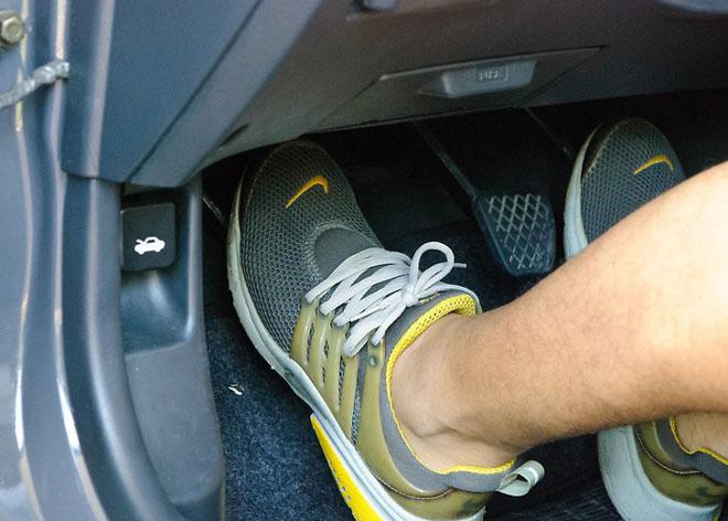 Hình ảnh chân đạp vô lăng xe ôtô